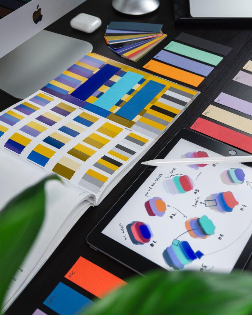Varumärkesbyggande innehåller mycket - bilden visar det visuella med färg och form. Färgkartor och utkast. För att få en stabil grund för sitt varumärke behövs dessa delar. Att inte få ihop alla delar är en vanlig fallgrop när man bygger varumärke.